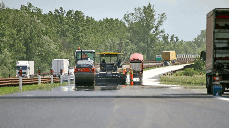 Fasi di stesa di asfalto gommato in ambito autostradale