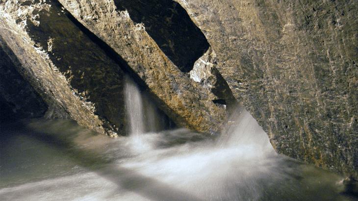 Le venute idriche dall'ammasso fratturato che originano la Sorgente di Tenda