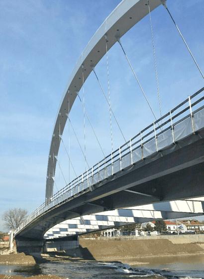Vista degli stralli di connessione tra arco e impalcato