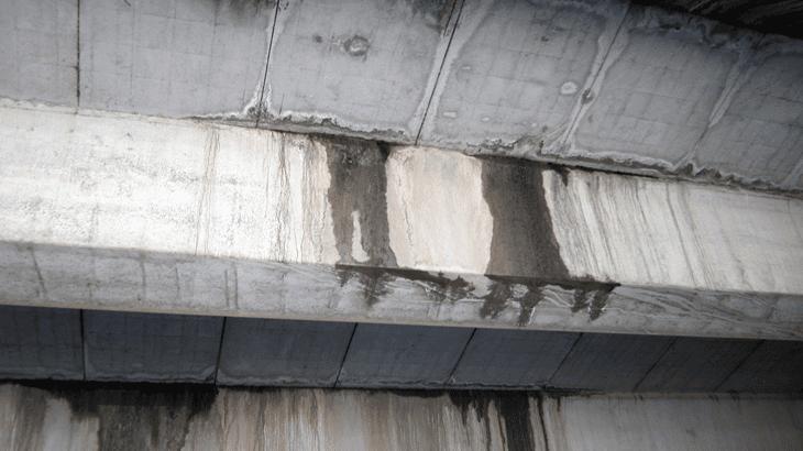 Un dettaglio del cavalcavia particolarmente ammalorato da venute d'acqua