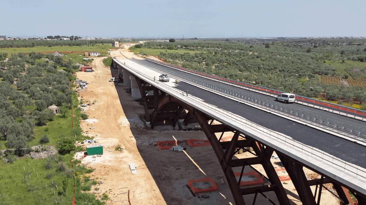 Una fase dei lavori al viadotto