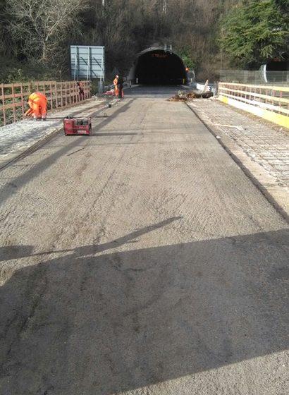 Il rifacimento delle armature di un viadotto della E45