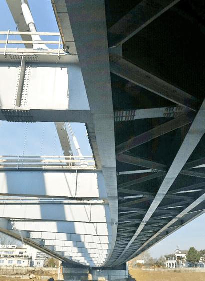 Vista della struttura dell'impalcato dall'alveo del fiume, lato spalla B