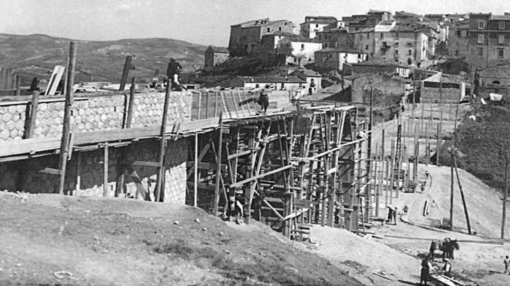 La costruzione del ponte di Montereale (1936 - foto di Gaetano D'Aiuto)