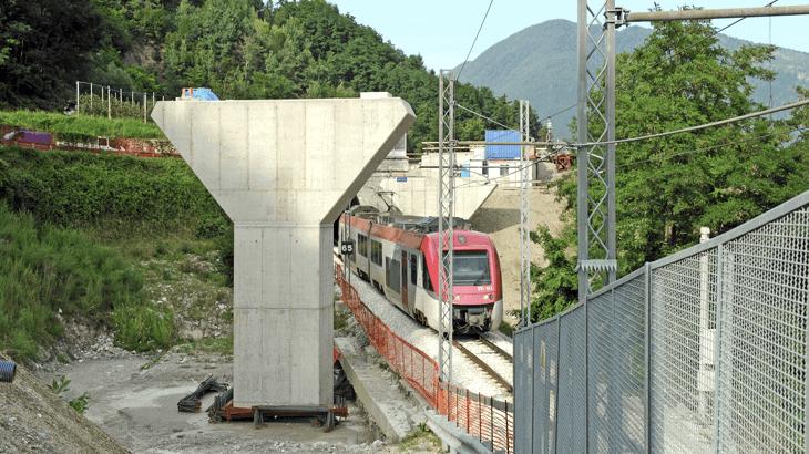 La realizzazione del viadotto 5 con interferenza del traffico ferroviario