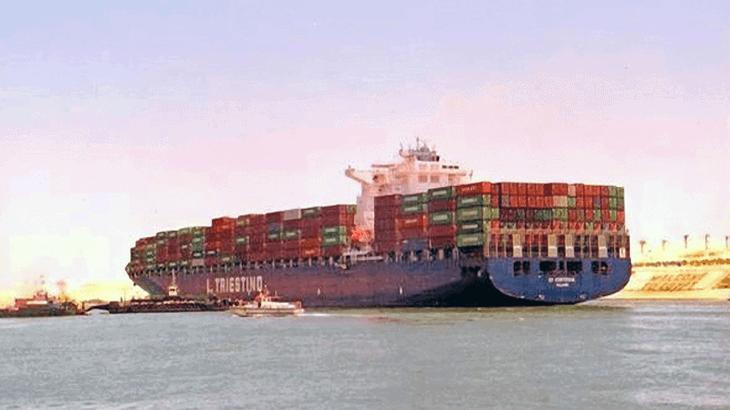 Navi portacontainer in transito nel Canale di Suez