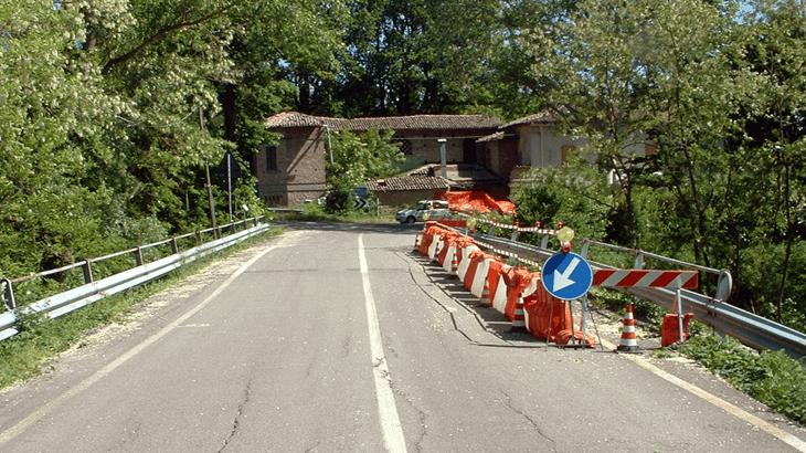 Fessurazioni sulla sede stradale di Ponte Grosso