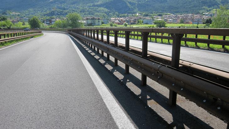 Una barriera spartitraffico monofilare in acciaio autopassivante