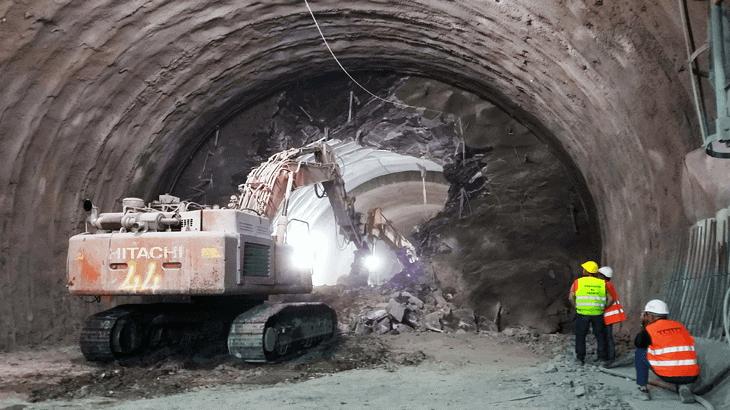L'abbattimento dell'ultimo diaframma in carreggiata Nord presso la galleria Val di Sambro