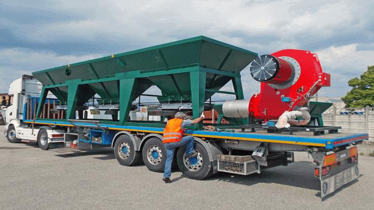 Una fase delle operazioni di carico e trasporto