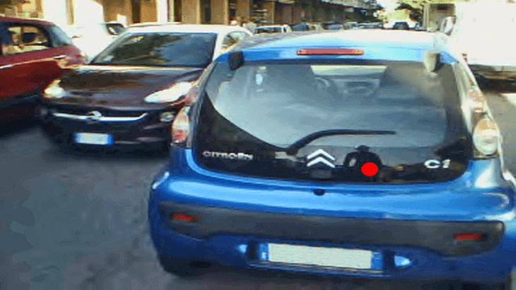 Fissazione sul veicolo che ci precede in caso di traffico congestionato