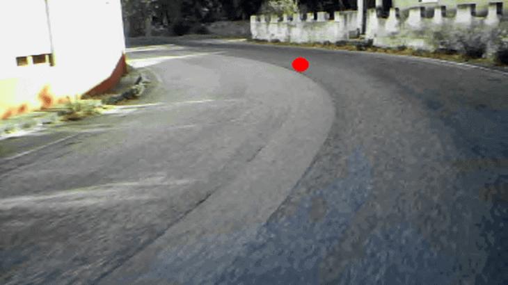 Fissazione sulla linea di margine (poco visibile) in curva a sinistra, con raggio particolarmente piccolo