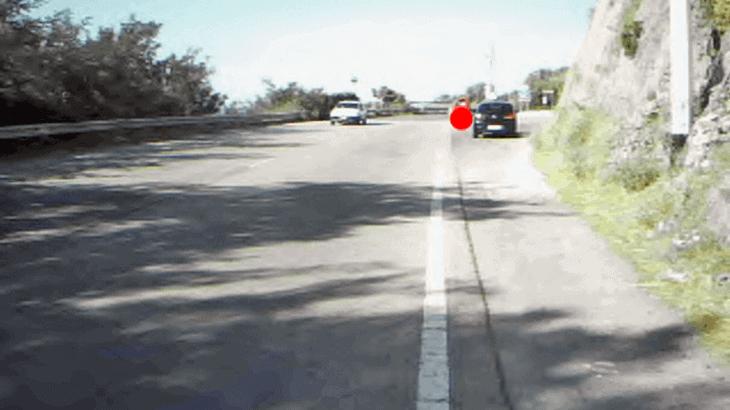 Fissazione su un veicolo che sta attraversando la strada