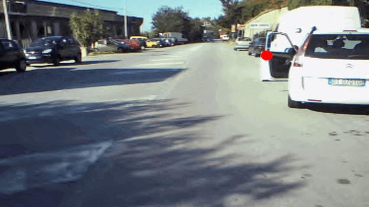 Fissazione sull'apertura dello sportello da un veicolo in sosta