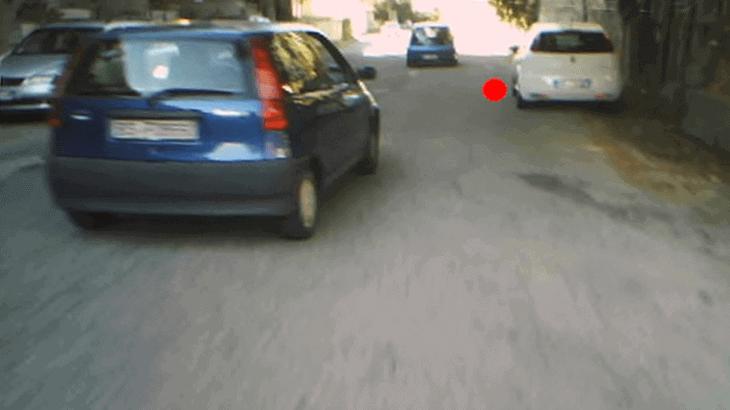Fissazione sullo spazio disponibile tra il veicolo che precede e quello in sosta