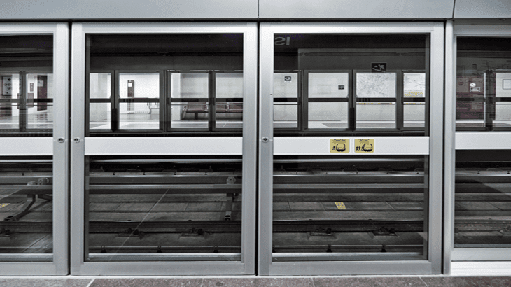 Le porte delle carrozze si aprono esclusivamente alla fermata dei treni in stazione annullando il rischio di cadute o infortuni