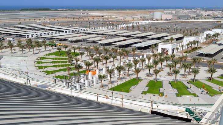 Vista dall'alto degli ingressi ai terminal e delle piste sullo sfondo