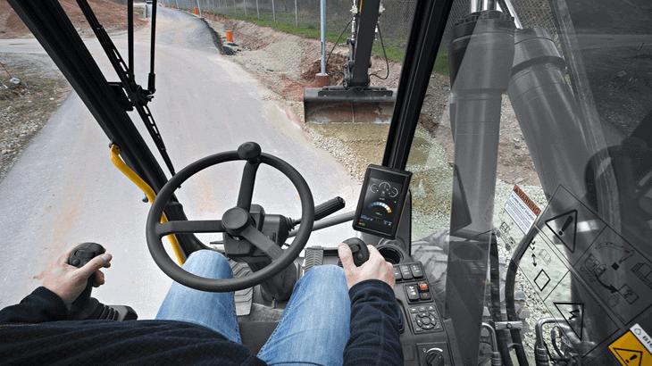 L'operatore acquisisce velocemente la padronanza dei comandi e di tutte le interfacce della macchina grazie alla disposizione ergonomica e alla concezione volta ad ottimizzare controllo ed efficienza