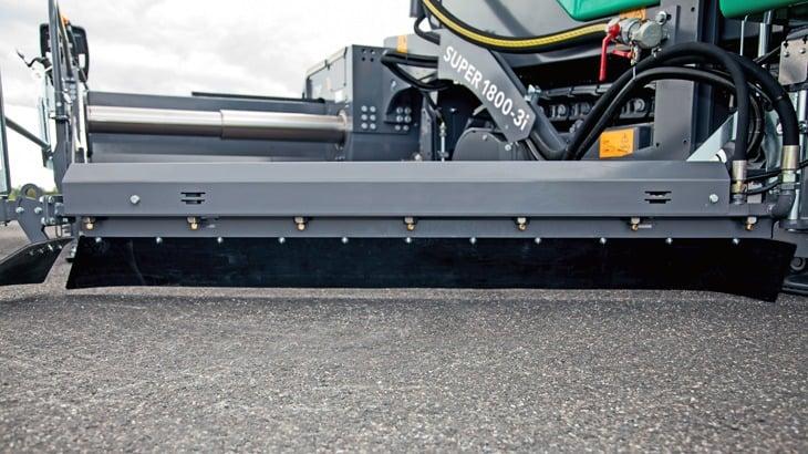 La Super 1800-3i SprayJet con il banco AB600 della larghezza base di 3 m, estensibile idraulicamente fino a 6 m; è disponibile anche con banco AB500