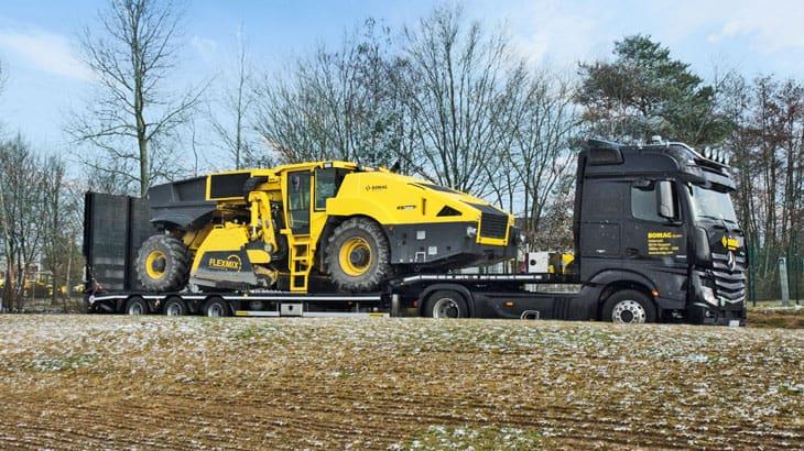 Le dimensioni in sagoma della macchina, con una larghezza di 2.530 mm, consentono facilità e rapidità di trasportoLe dimensioni in sagoma della macchina, con una larghezza di 2.530 mm, consentono facilità e rapidità di trasporto