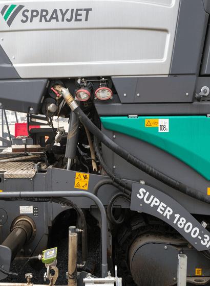 La Super 1800-3i Spray Jet è una finitrice cingolata dotata di uno speciale modulo-serbatoio che contiene emulsione bituminosa