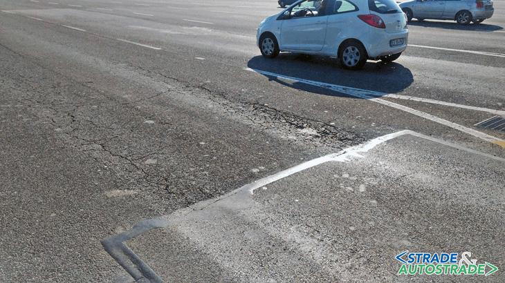 L'ammaloramento della pavimentazione a valle della porta di esazione