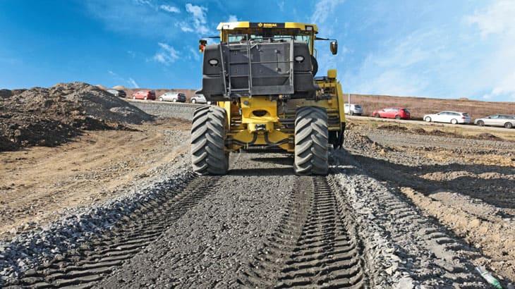 La fresatura traslabile lateralmente oltre all'ingombro degli pneumatici raggiunge fasce di lavoro marginali alle strade