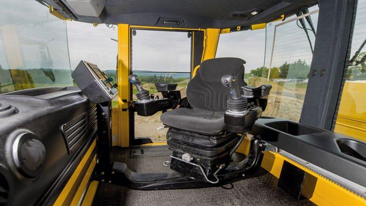 L'operatore può lavorare in una posizione comoda ed ergonomica con il sedile che può ruotare anche di 270°