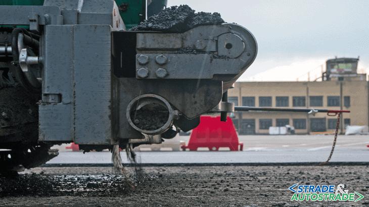 La macchina è equipaggiata con barre di spruzzatura che distribuiscono l'emulsione uniformemente e in funzione della velocità di stesa