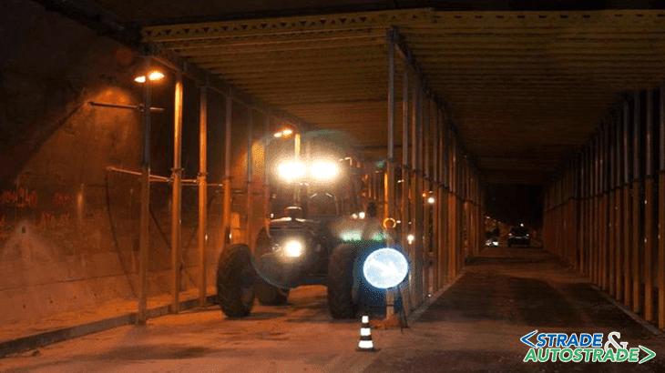 Il passaggio dei trattori attraverso la galleria per la semina della lenticchia nella piana di Castelluccio (Fonte: ANSA)