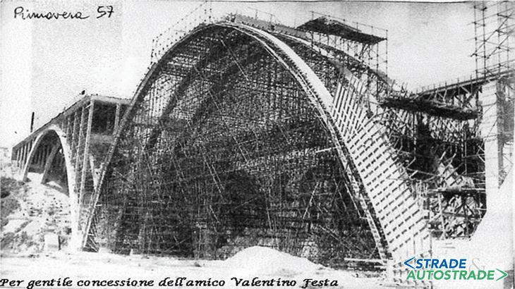 Il ponte della S.S. 18 sul fiume Petrace durante la costruzione in una foto del 1957