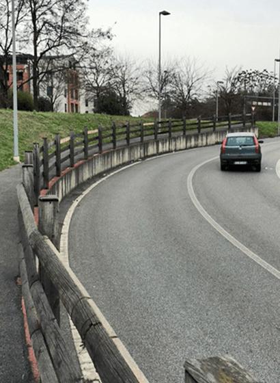 La recinzione in legno ammalorata prima della sostituzione