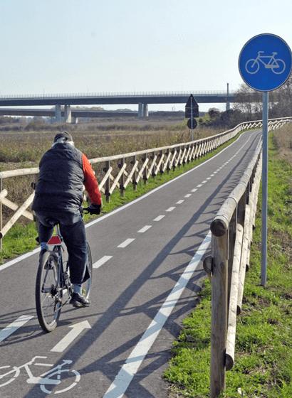 Un ciclista lungo una delle nuove piste nei pressi di Cerro al Lambro (MI)