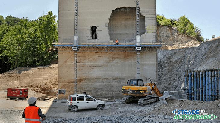 Il foro sulla pila del viadotto Italia provocato dal crollo di una campata (Fonte: ANAS SpA)