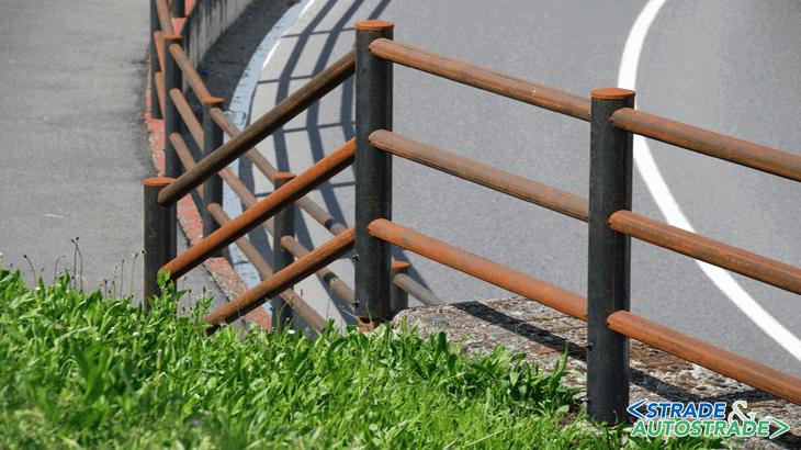 La recinzione Brunico H3C appena montata sul percorso ciclopedonale nel comune di Ornago. L'acciaio si presenta grigio
