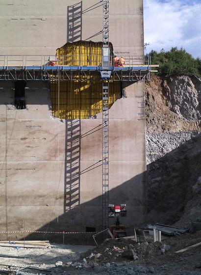 L'installazione della casseratura e l'inserimento dei ferri di armatura sulla pila danneggiata