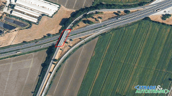 Vista aerea dello svincolo di diramazione per Fiorenzuola d'Arda con evidenza del sovrappasso La Villa