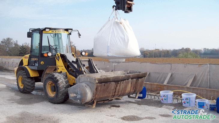 La benna miscelatrice pronta a ricevere lo scarico del big-bag