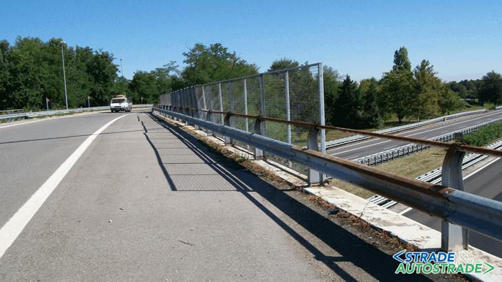 Lo stato di fatto del sovrappasso con barriere bordo ponte M100