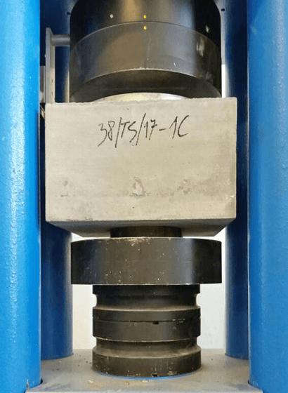 Il campione sottoposto al carico verticale della pressa