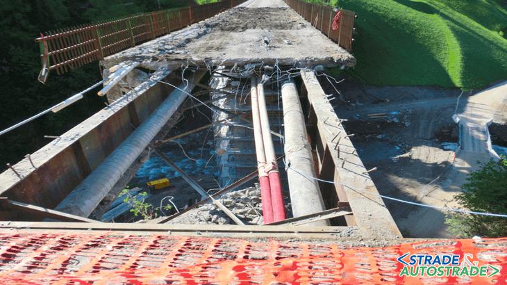 La demolizione dell'impalcato esistente