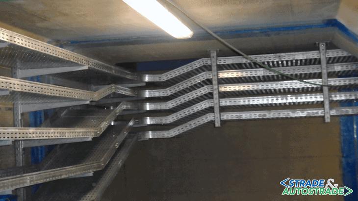 Le canaline portacavi installate su un lato del cunicolo e in curva a 90°