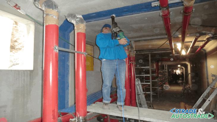 I saldatori della Coprem Servizi completano il loro lavoro scavalcando le tubazioni già posate