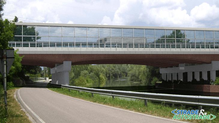 Una veduta frontale del ponte sul Sile