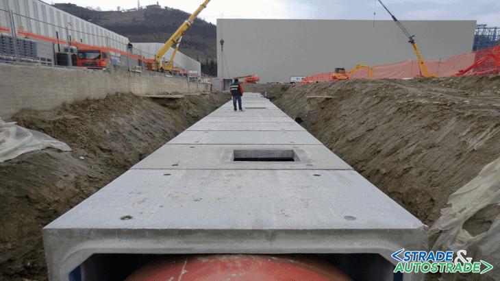 Il collegamento della condotta di scatolari alla tubazione, del diametro di 2,5 m, posata a spinta sotto una strada