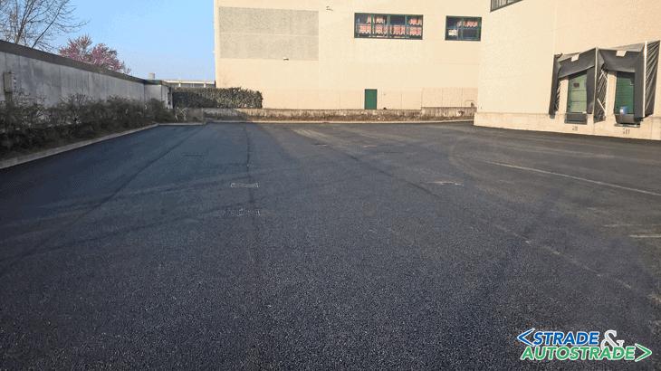 Vista complessiva dell'asfalto nuovo applicato