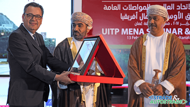 Mohamed Mezghani con Ahmed Bin Mohammed Bin Salim Al Futaisi, Ministro dei Trasporti e delle Comunicazioni dell'Oman, e Salim Bin Mohammed Al Nuaimi, Presidente della Società nazionale dei Trasporti dell'Oman