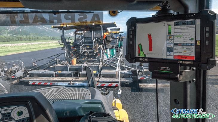 Dalla cabina del rullo Bomag, il monitor di controllo della compattazione BCM