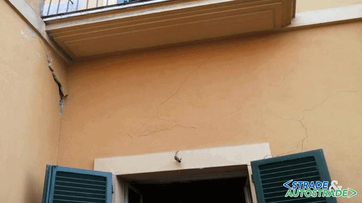 Danni su edificio a seguito di cedimenti presso la metrò di Napoli