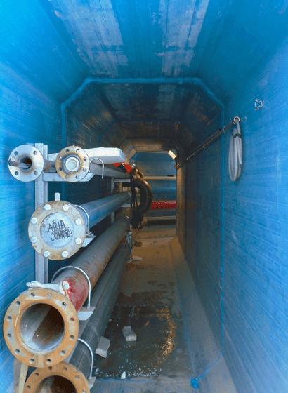 L'allestimento delle tubazioni all'interno del tunnel